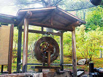 【露天風呂】「金蔵の湯」源泉100%を湯車と湯棚を使用して温度を調整し、湯船に流し込みます。
