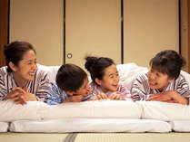 旅館ならではの和室と布団。家族みんなで布団を並べてワイワイおしゃべり!