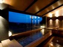 さらりとした泉質の温泉から望む市内の夜景は絶景です♪