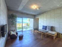 内装と家具は世界的に活躍する沖縄出身のデザイナーによってデザインされました。