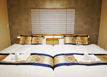 ふかふかダブルベッド2台を備えるメインベッドルーム
