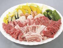 みんなでBBQセットを囲んでお肉をジュージュー焼けば、楽しい雰囲気でおいしさが倍増