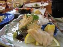 絶品あわびはおすすめ!お刺身の後はバターの香りとともに陶板で焼きながら。豪快舟盛り付き