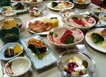夕食の一例。他にご飯とお味噌汁が付き、プラスで鍋やすき焼きの日などのご夕食もございます。