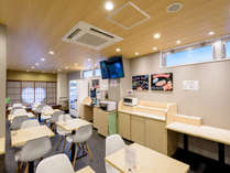 明るいダイニングスペースでお食事をお楽しみいただけます!