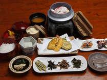 地元の食材を使った伝統料理や白浜の魚介類をその時の最良な料理法で調理しています。