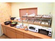 朝食フードコーナー(パン、オムレツ、ソーセージ、サラダ)