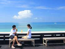 小浜島の特等席「海カフェ」。屋上には美ら海に対面したカウンターが設置されお茶をしながら満喫できます。