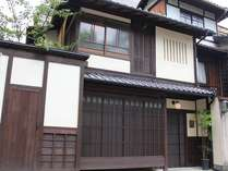 格子、虫籠窓、瓦屋根、壁はすべて漆喰の左官仕上げ。京の風情あふれる外観になっております。