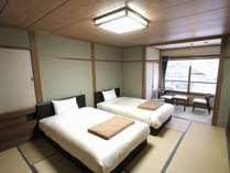 客室はセミダブルのツインルーム。