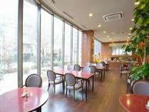 光溢れる、開放感あるレストラン