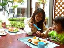 朝食レストランには、お子様用の椅子やお皿などご準備しております