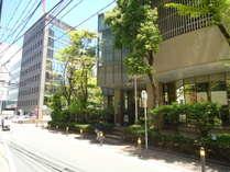(10)ホテルのレストラン横を通り、角を曲がると当ホテル玄関がございます。