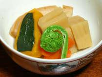 *【ご夕食一例】野菜がたっぷり入った栄養満点の煮物。