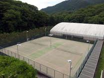 屋外テニスコート、白い屋根は屋内テニスコートです