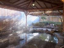 朝の光が差し込む男子露天風呂。
