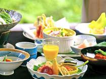 ※ご夕食例:当坊の板長は昔、料亭での料理長の経験を持つ本格派。