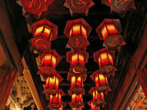 ※天井には多くの吊灯篭が。幻想的かつ厳かな雰囲気をかもし出しています。