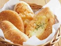朝食では焼き立てパンを提供! ※画像はイメージです
