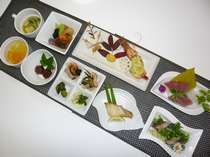 夕食例「鰹のタタキ、旬のお刺身、エビの焼物、煮物、魚の焼物、肉だんご、酢の物、漬物、吸物、デザート」