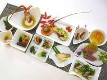 夕食例「伊勢エビ焼、伊勢エビ汁、タタキ、刺身、煮物、魚焼物、貝、肉だんご、酢の物、漬物、デザート」
