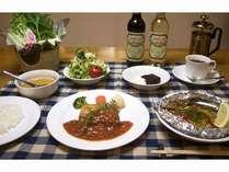 夕食はボリュームのあるフルコース欧風家庭料理