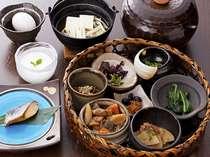 クチコミでも好評の籠盛り朝ごはん、黒豆納豆や卵かけご飯など。
