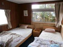洋室6帖 セミダブルベッドシングルベッド海も見えます。