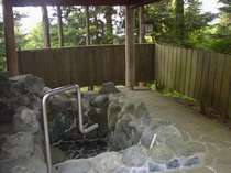 山に囲まれた大きな露天岩風呂