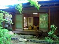 専用の日本庭園で寛ぎのひとときを 檜風呂からも眺められます