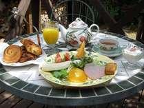朝食一例。毎朝焼きたての美味しいパンを召し上がれ♪