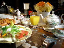 緑の森の中での野菜たっぷりの朝食、評判の、マダム焼き立てホカホカパンもどうぞ