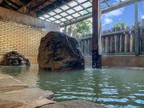 露天風呂(女湯) 日によって色が変わる、源泉かけ流し温泉をご堪能ください。