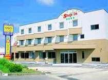 国道6号、線南相馬市北原ショッピングセンターの向かいのシックなベージュの建物です。