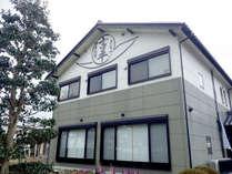 *【外観】琵琶湖のほとり、サニービーチ知内浜内にある家族経営の小さな宿です。