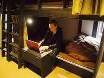 【ドミトリーのベッド】ベッド内でノートパソコン利用可能(無線LANインターネット接続可)