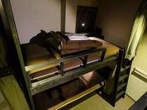 女性専用ドミトリー(6人部屋)】各ベッドにカーテン、ライト、コンセント、テーブル兼ボックス