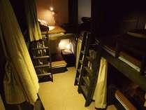 【【男女共同ドミトリー(8人部屋)】各ベッドにカーテン、ライト、コンセント、テーブル兼ボックス