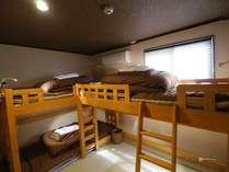 【3名様、または4名様用個室(バス・トイレ付)】各ベッドにベッドライト、コンセント有