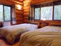 朝は木漏れ日で優しく目覚める、ツインのベッドルームです
