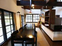 ■オープンキッチン付きでシックなデザインのE棟