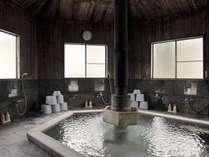 浴槽は檜づくりで木肌のぬくもりを感じながらお湯を楽しめます(郷の湯)