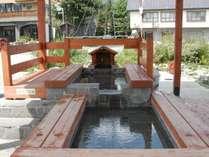 足湯「和の湯」(八方温泉)北アルプスを望んで旅の疲れを癒やす足湯で、一息。