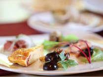 ■ルポゼ白馬レストランにて 夕食一例鶏むね肉とぶどうの白ワイン煮他数種類の盛り合わせ イメージ