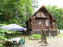 C棟 外観 木立の中に佇むログコテージ BBQスペースもご用意