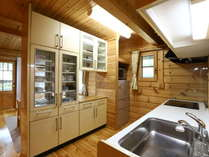 K棟 カウンター兼用の食器棚で使いやすいキッチンスペース