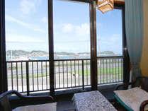 お部屋の一例【海側和室8畳】海が見えるお部屋でのんびりお過ごし下さい。