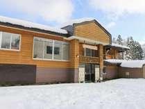 *[冬の外観]近隣スキー場へのアクセス便利な当館