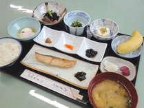*【朝食一例】ご飯、味噌汁、焼き魚…旅館ならではの朝ごはん(イメージ)