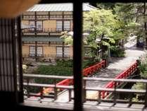 【群馬県指定重要文化財】本館2階の≪一の八通り≫赤い橋を望めます。